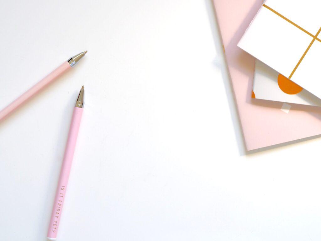 ボールペンとノートの画像