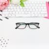 メガネとキーボードの画像